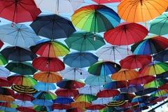 Κάτω από ένα ουράνιο τόξο των ομπρελών Στοκ φωτογραφία με δικαίωμα ελεύθερης χρήσης