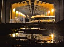 Κάτω από ένα viaduc, nightscene Στοκ εικόνες με δικαίωμα ελεύθερης χρήσης