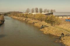 Κάτω από από την όχθη ποταμού, την Κυριακή το πρωί. Στοκ φωτογραφία με δικαίωμα ελεύθερης χρήσης