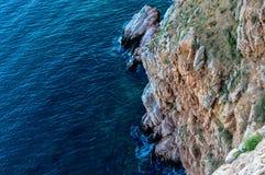 Κάτω από δεν υπάρχει καμία κάθοδος και μόνο ένας ατελείωτος απότομος βράχος Στοκ εικόνα με δικαίωμα ελεύθερης χρήσης