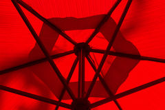 Κάτω από μια κόκκινη ομπρέλα Στοκ φωτογραφίες με δικαίωμα ελεύθερης χρήσης