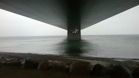 Κάτω από μια μεγάλη γέφυρα Στοκ φωτογραφία με δικαίωμα ελεύθερης χρήσης