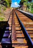 κάτω από να φανεί τραίνο οδικών διαδρομών ραγών στοκ φωτογραφία