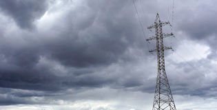 Κάτω από τα ηλεκτρικά σύννεφα Στοκ φωτογραφία με δικαίωμα ελεύθερης χρήσης