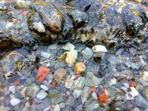 Κάτω από τα χαλίκια νερού στοκ φωτογραφία
