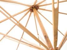 Κάτω από την άποψη της άσπρης ομπρέλας με τα ξύλινα αυλακώνω Στοκ Φωτογραφία