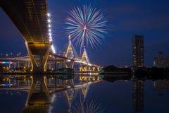 Κάτω από την άποψη της γέφυρας Bhumibol με τα πυροτεχνήματα, σκηνή νύχτας Στοκ Φωτογραφίες