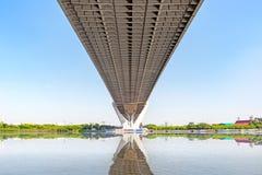 Κάτω από την άποψη της γέφυρας Bhumibol στη Μπανγκόκ Ταϊλάνδη, στο σαφή ουρανό Στοκ φωτογραφίες με δικαίωμα ελεύθερης χρήσης