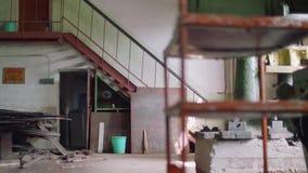 Κάτω από την άποψη του ξεπερασμένου εργαστηρίου ενώ μετακίνηση καμερών απόθεμα βίντεο