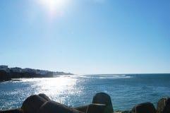 Κάτω από την ηλιοφάνεια και τη θάλασσα στοκ φωτογραφία