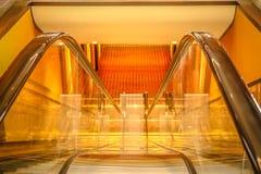Κάτω από την κυλιόμενη σκάλα στοκ εικόνες με δικαίωμα ελεύθερης χρήσης