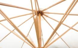 Κάτω από της άσπρης ομπρέλας με τα ξύλινα αυλακώνω Στοκ Φωτογραφία