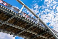 Κάτω από τη γέφυρα - η χάλυβας-ξύλινη κατασκευή γεφυρών που βλέπει από είναι Στοκ Φωτογραφία