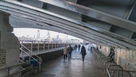 Κάτω από τη γέφυρα ΛΟΝΔΙΝΟ, ΑΓΓΛΙΑ Blackfriars Στοκ Εικόνες