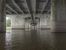 Κάτω από τη γέφυρα στο νερό στοκ φωτογραφία