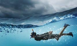 κάτω από τη γυναίκα ύδατος Στοκ φωτογραφία με δικαίωμα ελεύθερης χρήσης