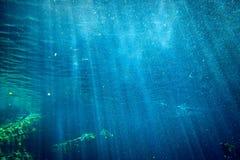 Κάτω από τις ακτίνες και τις ακτίνες φωτός του ήλιου νερού Στοκ Φωτογραφίες