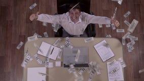 Κάτω από τον πυροβολισμό του ευτυχούς συγκινημένου επιχειρηματία και ένα τεράστιο ποσό των τραπεζογραμματίων που πέφτουν κάτω απόθεμα βίντεο