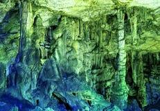 Κάτω από το έδαφος όμορφη άποψη των σταλακτιτών και των σταλαγμιτών στο υπόγειο σπήλαιο Στοκ Φωτογραφίες