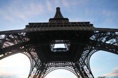 Κάτω από το γόνατο του πύργου του Άιφελ στο Παρίσι, η πιό romatic αρχιτεκτονική συμβόλων στην Ευρώπη, Γαλλία Στοκ Φωτογραφία