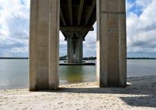 Κάτω από το υπόβαθρο έκτασης γεφυρών στοκ φωτογραφία