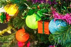 Κάτω από το χριστουγεννιάτικο δέντρο στοκ εικόνες με δικαίωμα ελεύθερης χρήσης