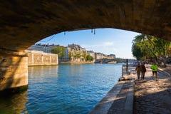 Κάτω από το Pont de λ ` Archeveche στο Παρίσι, Γαλλία Στοκ φωτογραφία με δικαίωμα ελεύθερης χρήσης