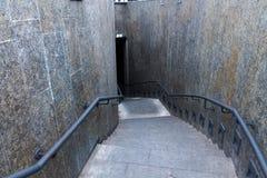 κάτω σκαλοπάτια Χαμήλωμα των σκαλοπατιών Κοιτάξτε κάτω Τοπ όψη στοκ φωτογραφία με δικαίωμα ελεύθερης χρήσης