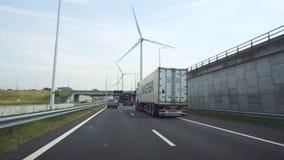Κάτω Χώρες, Ρότερνταμ, τον Ιούλιο του 2018 circa: Οδηγώντας σε μια βιομηχανική περιοχή του Ρότερνταμ, με τις γεννήτριες αέρα απόθεμα βίντεο