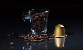 Κάψα Espresso, φλυτζάνι καφέ και φασόλια στο μαύρο υπόβαθρο, άποψη κινηματογραφήσεων σε πρώτο πλάνο με τις λεπτομέρειες στοκ εικόνες με δικαίωμα ελεύθερης χρήσης