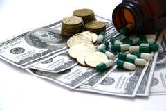 Κάψες και χάπια που χύνουν από τα μπουκάλια, φάρμακα Στοκ Εικόνα