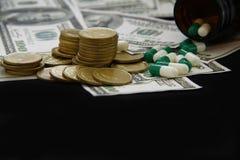 Κάψες και χάπια που χύνουν από τα μπουκάλια, φάρμακα Στοκ εικόνα με δικαίωμα ελεύθερης χρήσης