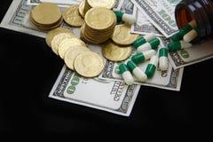 Κάψες και χάπια που χύνουν από τα μπουκάλια, φάρμακα Στοκ Εικόνες
