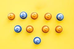 Κάψες ποτών για το σχέδιο mashine καφέ στην κίτρινη τοπ άποψη υποβάθρου Στοκ Εικόνες