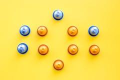 Κάψες ποτών για το σχέδιο mashine καφέ στην κίτρινη τοπ άποψη υποβάθρου Στοκ φωτογραφία με δικαίωμα ελεύθερης χρήσης