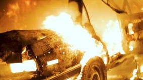 Κάψιμο αυτοκινήτων τη νύχτα, αυτοκίνητο στην πυρκαγιά απόθεμα βίντεο