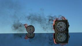 Κάψιμο δύο παλαιών ξυπνητηριών στον καθρέφτη στο διάστημα απόθεμα βίντεο