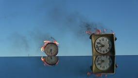 Κάψιμο δύο παλαιών ρολογιών στον καθρέφτη Ο χρόνος είναι μια πυρκαγιά φιλμ μικρού μήκους