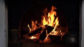Κάψιμο εστιών Θερμή άνετη καίγοντας πυρκαγιά σε μια εστία τούβλου κοντά επάνω απόθεμα βίντεο