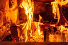 Κάψιμο καυσόξυλου στα εγκαύματα πυρκαγιάς στην εστία Ο φούρνος τούβλου δίνει τη θερμότητα και τη θερμότητα από τα μμένα κούτσουρα στοκ εικόνες με δικαίωμα ελεύθερης χρήσης