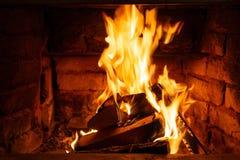Κάψιμο καυσόξυλου στα εγκαύματα πυρκαγιάς στην εστία Ο φούρνος τούβλου δίνει τη θερμότητα και τη θερμότητα από τα μμένα κούτσουρα στοκ εικόνες