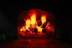 Κάψιμο καυσόξυλου στο φούρνο τούβλου, κινηματογράφηση σε πρώτο πλάνο φλογών πυρκαγιάς Στοκ φωτογραφίες με δικαίωμα ελεύθερης χρήσης