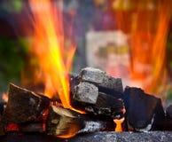 Κάψιμο καυσόξυλου στον ορειχαλκουργό Στοκ εικόνες με δικαίωμα ελεύθερης χρήσης