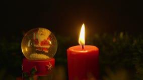 Κάψιμο κεριών κινήσεων με το μήκος σε πόδηα σφαιρών χιονιού Χριστούγεννα εύθυμα απόθεμα βίντεο