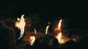 Κάψιμο μεθανίου φυσικού αερίου στο λόφο βουνών χιμαιρών Πυρκαγιά χιμαιρών φιλμ μικρού μήκους