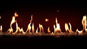 Κάψιμο ξυλάνθρακα αργό με την πορτοκαλιά φλόγα πυρκαγιάς στην άνετη εστία κούτσουρων στην όμορφη ικανοποιώντας καλή ατμόσφαιρα κο φιλμ μικρού μήκους