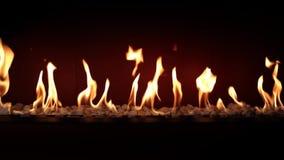 Κάψιμο ξυλάνθρακα αργό με την πορτοκαλιά φλόγα πυρκαγιάς στην άνετη εστία κούτσουρων να ζαλίσει τη ικανοποιώντας καλή ατμόσφαιρα  φιλμ μικρού μήκους