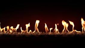 Κάψιμο ξυλάνθρακα αργό με την πορτοκαλιά φλόγα πυρκαγιάς στην άνετη εστία κούτσουρων στην καταπληκτική ικανοποιώντας καλή ατμόσφα απόθεμα βίντεο