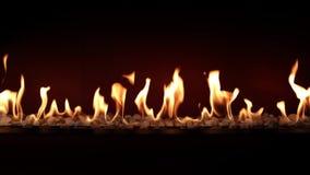 Κάψιμο ξυλάνθρακα αργό με την πορτοκαλιά φλόγα πυρκαγιάς στην άνετη εστία κούτσουρων στη θαυμάσια ικανοποιώντας καλή ατμόσφαιρα κ απόθεμα βίντεο