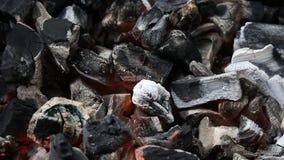 Κάψιμο ξυλάνθρακα κινηματογραφήσεων σε πρώτο πλάνο φιλμ μικρού μήκους